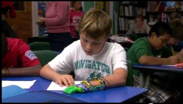 """Der 12-jährige Leon fühlt sich mit seiner neuen Hand """"special instead of different""""."""