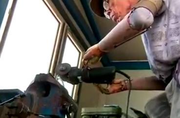 Bauer fertigt sich selbst bionische Unterarmprothesen